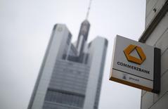 Commerzbank va intensifier son programme d'économies et prévoit de supprimer 450 postes supplémentaires dans le cadre de son plan de restructuration, selon trois sources proches du dossier. /Photo d'archives/REUTERS/Lisi Niesner