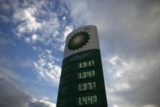 BP a enregistré une hausse supérieure aux attentes de son bénéfice au deuxième trimestre, grâce à une augmentation de la production de produits à marge plus élevée et à des hausses de prix. /Photo d'archives/REUTERS/Jon Nazca