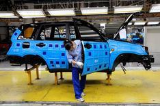 Сборка автомобиля Chery Automobile на заводе в Китае 23 мая 2009 года. Китайский автопроизводитель объявил во вторник о старте производства своих автомобилей в России объемом до 30.000 штук в год на принадлежащем Сбербанку заводе в Карачаево-Черкессии, где уже собираются другие китайские модели. REUTERS/Stringer