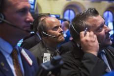 Imagen de archivo de operadores en la bolsa de Nueva York, jul 28 2014. Las acciones cerraron en baja el martes en la bolsa de Nueva York después de sufrir una leve pero generalizada ola de ventas, luego de que UPS entregó una débil perspectiva de ganancias que pesó sobre el ánimo de los inversores y presionó a los títulos del sector. REUTERS/Lucas Jackson