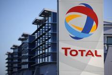 Логотип Total на НПЗ в Донже 20 декабря 2013 года. Французская нефтяная компания Total перестала покупать акции Новатэка в день падения малайзийского самолета на Украине, но оценивать влияние антироссийских санкций пока рано, сообщила Total в ходе публикации квартального отчета. REUTERS/Stephane Mahe (FRANCE - Tags: ENERGY BUSINESS EMPLOYMENT POLITICS)