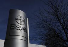 Логотип Bayer AG на фабрике в Вуппертале 24 февраля 2014 года. Крупнейшая немецкая фармкомпания Bayer увеличила на 1 процент скорректированную доналоговую прибыль во втором квартале благодаря росту продаж новых лекарств, однако она оказалась ниже прогноза рынка из-за сильного евро. REUTERS/Ina Fassbender