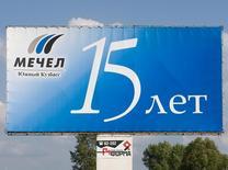 Рекламный щит Мечела в Междуреченске 29 июля 2008 года. Правительство РФ согласовало два варианта спасения оказавшегося на грани банкротства горно-металлургического холдинга Мечел, оба из которых предполагают временную смену собственника, сказал помощник российского президента Андрей Белоусов журналистам. REUTERS/Andrei Borisov