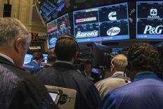 Traders na Bolsa de Nova York. 28/07/2014 REUTERS/Lucas Jackson