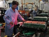 Работник Ford Motor на заводе в Мичигане 7 ноября 2012 года. Экономический рост в США ускорился сильнее, чем ожидалось, во втором квартале, а спад в первом квартале оказался не таким серьезным, как сообщалось ранее.  REUTERS/Rebecca Cook