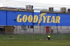 Goodyear fait état mercredi d'un chiffre d'affaires trimestriel inférieur aux attentes, pénalisé par une baisse de ses ventes de pneus aux constructeurs automobiles en Amérique du Nord et en Amérique latine. /Photo d'archives/REUTERS/Mick Tsikas