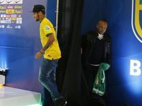 Atacante Neymar e seu pai, Neymar da Silva, antes de entrevista coletiva na Granja Comary. 10/07/2014 REUTERS/Marcelo Regua