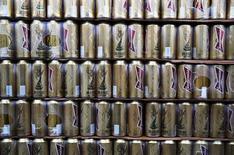 Пиво на стадионе в Порту-Алегри 14 июня 2014 года. Крупнейший производитель пива в мире Anheuser-Busch InBev нарастил прибыль во втором квартале благодаря чемпионату мира по футболу в Бразилии, а также хорошим показателям в Китае и Мексике. REUTERS/Damir Sagolj