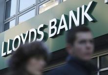 """Lloyds Banking Group a déclaré qu'il demanderait cette année à reprendre le versement d'un dividende à un degré """"modeste"""" après avoir annoncé une hausse d'un tiers de son bénéfice trimestriel en dépit d'une nouvelle augmentation des coûts de dédommagement aux clients auxquels avaient été vendus des produits d'assurance crédit dans des conditions litigieuses. /Photo d'archives/REUTERS/Olivia Harris"""