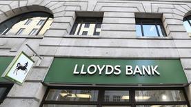 Отделение банка Lloyds в Лондоне 13 февраля 2014 года. Базовая прибыль Lloyds Banking Group в первом полугодии выросла на 32 процента, что помогло компании справиться с повышением стоимости компенсации для клиентов. REUTERS/Paul Hackett