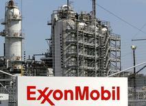 Вид на НПЗ Exxon Mobil в Бейтауне, Техас 15 сентября 2008 года. Прибыль крупнейшей в мире публичной нефтяной компании Exxon Mobil Corp превзошла прогноз во втором квартале за счет повышения цен на нефть и газ. REUTERS/Jessica Rinaldi