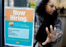 Un anuncio de empleo pegado en una puerta en una tienda de la cadena Staples en Nueva York, mar 3 2011. El número de estadounidenses que presentaron nuevos pedidos de subsidios por desempleo subió la semana pasada, pero la tendencia subyacente apuntó a un fortalecimiento continuo de las condiciones del mercado laboral.     REUTERS/Lucas Jackson