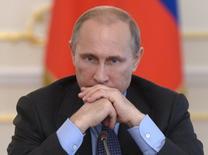 Президент РФ Владимир Путин на совещании в Ново-Огарево 30 июля 2014 года. сделал выбор в пользу возврата налога с продаж с 2015 года - налог на добавленную стоимость решено пока не трогать, сказали Рейтер два федеральных чиновника. REUTERS/Alexei Nikolskyi/RIA Novosti/Kremlin