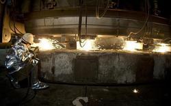 ArcelorMittal, premier sidérurgiste mondial, revoit à la baisse de sa prévision de résultat brut d'exploitation (Ebitda) pour l'ensemble de l'année. Le repli plus marqué que prévu des prix du minerai de fer entame le bénéfice de son activité minière. /Photo d'archives/REUTERS/Peter Andrews