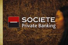 Логотип Societe Generale Private Banking в Сингапуре 28 ноября 2013 года. Чистая прибыль Societe Generale во втором квартале составила 1,03 миллиарда евро ($1,38 миллиарда), что на 7,8 процента выше, чем годом ранее. REUTERS/Edgar Su
