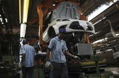 Un grupo de trabajadores en la planta de Ford en  Sao Bernardo do Campo, Brasil, ago 13 2013. La actividad industrial de Brasil disminuyó por cuarto mes  consecutivo en junio debido a una caída en la producción de automóviles, en una nueva señal de desaceleración en la economía del país, la mayor de Latinoamérica.  REUTERS/Nacho Doce