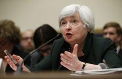 En la imagen de archivo, la presidenta de la Reserva Federal de Estados Unidos, Janet Yellen, testifica ante el comité de servicios financieros de la Cámara de Representantes en Capitol Hill, Washington, el 16 de julio de 2014. La Fed ha hecho una gran apuesta a que la recuperación del mercado laboral está muy lejos de crear un avance preocupante de la inflación. Una serie de cifras económicas del viernes sugirieron que la entidad leyó bien las posibilidades. REUTERS/Kevin Lamarque  (UNITED STATES - Tags: POLITICS BUSINESS) - RTR3YWTC