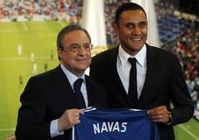 Keylor Navas é apresentado como novo reforço do Real Madrid ao lado do presidente do clube, Florentino Pérez. 05/08/2014. REUTERS/Sergio Perez
