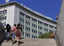 """Novo Banco, la banque portugaise mise en place dimanche pour reprendre les actifs sains de Banco Espirito Santo, a annoncé mardi avoir débuté ses activités avec des actifs de 59,6 milliards d'euros, ce qui implique que 4,4 milliards d'euros d'actifs toxiques ont été transférés à la """"bad bank"""" créée simultanément. /Photo prise le 5 août 2014/REUTERS/Hugo Correia"""
