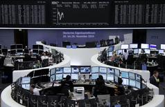 Traders are pictured at their desks in front of the DAX board at the Frankfurt stock exchange August 4, 2014.      REUTERS/Amanda Andersen/Remote