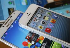 Samsung Electronics et Apple se sont mis d'accord pour abandonner leurs plaintes respectives pour violations de brevets hors des Etats-Unis. /Photo d'archives/REUTERS/Kim Hong-Ji
