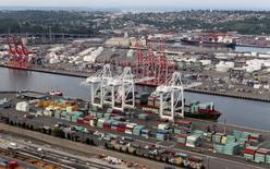 Una serie de barcos cargueros y contenedores en el puerto de Seattle, EEUU, ago 21 2012. El déficit comercial de Estados Unidos se contrajo más de lo previsto en junio pues las importaciones de petróleo cayeron a un mínimo en tres años y medio, sugiriendo que el intercambio pesó menos sobre la expansión del segundo trimestre de lo que se creía originalmente. REUTERS/Anthony Bolante