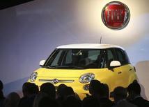 L'action Fiat a poursuivi sa chute mercredi à la Bourse de Milan, une faiblesse persistante que des traders expliquent par les craintes de voir les actionnaires opposés à la fusion avec Chrysler exercer leur droit de cession de leurs titres et remettre en cause le projet. /Photo prise le 4 juillet 2013/REUTERS