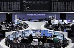 Operadores en sus estaciones de trabajo en la bolsa alemana de comercio en Fráncfort, ago 6 2014. El incremento de las tensiones en Ucrania y la preocupación por la firmeza de la recuperación económica de Europa se combinaron el miércoles para golpear a las acciones europeas, que cerraron en baja.      REUTERS/Amanda Andersen/Remote
