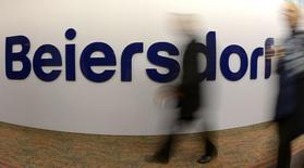 Beiersdorf, le propriétaire de la marque Nivea, a publié des résultats trimestriels inférieurs aux attentes à cause d'effets de change défavorables un faiblissement de ses ventes en volume en Amérique latine. Le groupe allemand a réalisé sur la période avril-juin un bénéfice avant impôt et charges financières de 217 millions d'euros pour un chiffre d'affaires de 1,575 milliard, alors que les analystes interrogés par Reuters prévoyaient en moyenne un Ebit de 217 millions d'euros pour un C.A. de 1,59 milliard. /Photo prise le 17 avril 2014/REUTERS/Fabian Bimmer