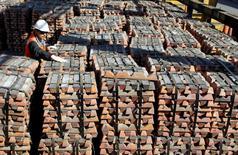 Un trabajador revisa un cargamento de cobre de exportación de Codelco en la refinería de la firma en Ventanas, Chile, abr 16 2012. El valor de las exportaciones de cobre de Chile alcanzó a 3.279 millones de dólares en julio, el mismo nivel anotado en igual mes del año pasado, dijo el jueves el Banco Central.  REUTERS/Eliseo Fernandez