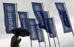Allianz a dégagé au deuxième trimestre un bénéfice net de 1,76 milliard d'euros (contre 1,55 milliard attendu par les analystes), soutenu par une hausse de 10% de son chiffre d'affaires, à 29,46 milliards d'euros. /Photo prise le 7 mai 2014/REUTERS/Michael Dalder