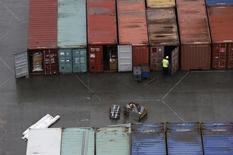 Le déficit commercial britannique s'est creusé de manière inattendue au mois de juin en raison notamment d'une baisse des exportations de marchandises, selon l'Office national de la statistique. /Photo d'archives/REUTERS/Suzanne Plunkett