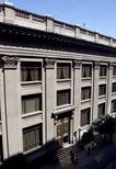 Imagen de archivo del frontis del Banco Central chileno en Santiago, mar 8, 2001. Una estrecha mayoría del mercado espera que el Banco Central de Chile deje estable su tasa de interés clave en agosto, ante una moderada inflación y un reciente dato de crecimiento económico mejor a lo esperado, reveló un sondeo de Reuters. Reuters/Claudia Daut