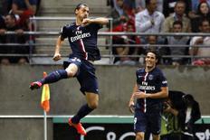 Ibrahimovic (E) comemora gol do Paris St Germain ao lado de Cavani nesta sexta-feira.   REUTERS/Pascal Rossignol