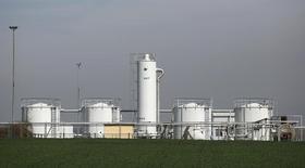 Нефтехранилище OMV близ Гензерндорфа 8 апреля 2014 года. Цена на нефть эталонной марки Brent держится около $105 за баррель в понедельник, опустившись с достигнутого в пятницу максимума недели, поскольку авиаудары США по исламистам в Ираке смягчили обеспокоенность по поводу возможного срыва поставок из второго крупнейшего производителя нефти в ОПЕК. REUTERS/Leonhard Foeger