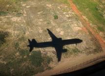 Sombra de um avião da TAM antes de pousar em São Paulo. 30/06/2014. REUTERS/Mike Blake