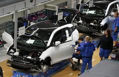 Imagen de archivo de un grupo de trabajadores en la línea de producción del vehículo i3 de BMW en Leipzig, Alemania, sep 18 2013. El impulso del crecimiento es estable en la mayoría de las grandes economías desarrolladas, pese a que Alemania y Japón muestran señales de debilitamiento, dijo el lunes la Organización para la Cooperación y el Desarrollo Económico (OCDE) al tiempo que indicó un cambio de tendencia en las perspectivas de expansión de India.  REUTERS/Fabrizio Bensch