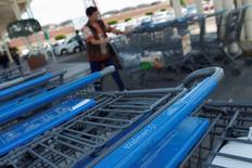Una serie de carritos de supermercado en un local de la cadena Wal-Mart en Ciudad de México, abr 24 2012. La Asociación Nacional de Tiendas de Autoservicio y Departamentales (ANTAD) de México dijo el lunes que las ventas comparables de sus afiliados subieron un 0.7 por ciento interanual en julio. REUTERS/Edgard Garrido
