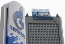 АЗС Газпромнефти у московского офиса Газпрома 27 июня 2014 года. Нефтяное крыло Газпрома - компания Газпромнефть увеличила чистую прибыль по МСФО во втором квартале на 31 процент в годовом выражении до 49,8 миллиарда рублей на фоне роста цен на сырье. REUTERS/Sergei Karpukhin (RUSSIA - Tags: BUSINESS ENERGY)