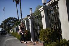 Mulher deixa flores do lado de fora da casa de  Robin Williams em Tiburon, Califórnia. 11/08/2014 REUTERS/Stephen Lam