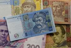 La hryvnia ukrainienne a plongé mardi à un niveau proche de son plus bas record face au dollar, amenant la banque centrale à voler à son secours. /Photo d'archives/REUTERS/Gleb Garanich