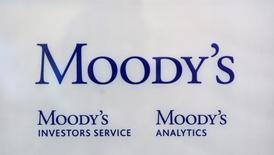 El logo de la agencia crediticia Moody's en sus oficinas de París, oct 24 2011. Moody´s Investors Services recortó su pronóstico de crecimiento para la economía de Perú este año a 4,1 por ciento desde una estimación previa de 5,2 por ciento, debido a una expansión más débil que la esperada en el primer semestre del año.  REUTERS/Philippe Wojazer