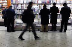 Магазин с прессой на ж/д станции в Токио 17 февраля 2014 года. Повышение налога с продаж в апреле привело к самому сильному сокращению экономики Японии с марта 2011 года, свидетельствуют официальные данные, опубликованные в среду. REUTERS/Yuya Shino