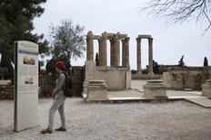 A Athènes. L'économie grecque s'est contractée de 0,2% en rythme annuel au deuxième trimestre, soit son meilleur résultat depuis son entrée en récession fin 2008, selon les statistiques officielles. /Photo prise le 24 juillet 2014/REUTERS/Yorgos Karahalis