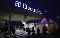 Le groupe suédois Electrolux est en discussions avec General Electric pour lui racheter sa division d'électroménager, ce qui lui permettrait de se renforcer sur le marché américain où sa croissance est plus forte qu'en Europe. /Photo prise le 28 février 2014/REUTERS/Stefano Rellandini