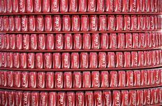 Coca-Cola va acquérir 16,7% de son compatriote Monster Beverage pour 2,15 milliards de dollars dans le cadre d'une alliance de long terme visant à renforcer ses positions sur le marché en forte croissance des boissons énergisantes. /Photo prise le 12 juin 2014/REUTERS/Dylan Martinez