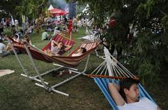 Люди на Пикнике Афишы в Коломенском 23 июля 2011 года. Выходные в Москве обойдутся без жары - средняя температура будет колебаться около плюс 25 градусов, прогнозируют синоптики. REUTERS/Denis Sinyakov