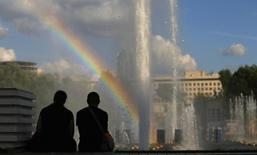 Радуга в Парке Горького в Москве 14 августа 2013 года.  Рабочая неделя в Москве обойдется без жары и ливней, ожидают синоптики.  REUTERS/Phil Noble