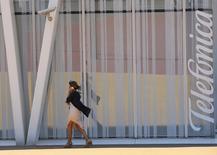 Selon une source proche du dossier, Telefonica va proposer à Vivendi un accord de partage de contenus pour la télévision pour améliorer son offre sur GVT, la filiale brésilienne du groupe français, ce qui porterait le montant total de la transaction à environ sept milliards d'euros. /Photo prise le 31 juillet 2014/REUTERS/Albert Gea