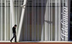 Imagen de archivo de la torre Telefónica en Barcelona, ene 30 2013. El grupo español Telefónica ofreció a la francesa Vivendi un pacto de contenidos de televisión para hacer más atractiva su oferta para adquirir la brasileña GVT, dijo el lunes una fuente que conoce la oferta de la operadora española. REUTERS/Albert Gea